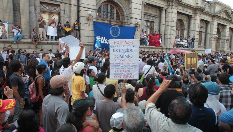 Manifestantes rodean el Palacio Legislativo, donde los diputados sesionaron y aceptaron la renuncia de Baldetti.