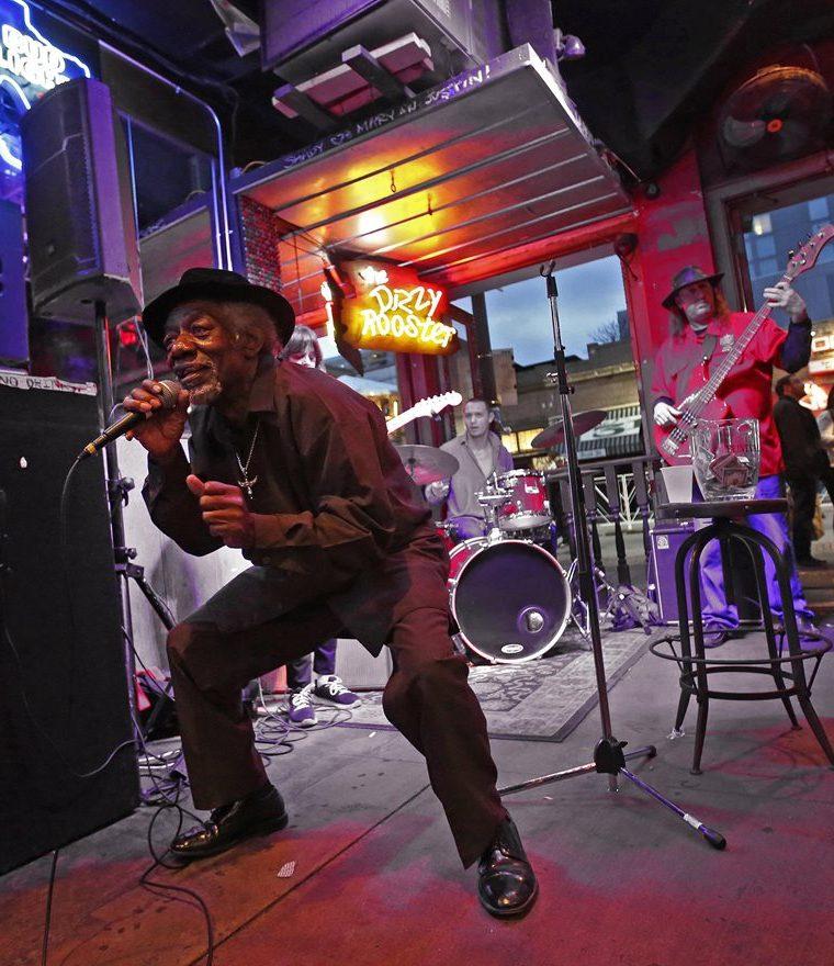 Una banda musical toca en el interior de un bar en el primer día del festival South by Southwest. (EFE).