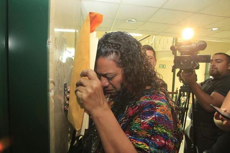 Estela Ventura, gobernadora de Alta Verapaz, sale llorando de la citación. Ella fue candidata a diputada por la URNG. (Foto Prensa Libre: Hemeroteca PL)