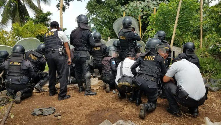Agentes de la PNC disuelven manifestación en el km 216.5 de la ruta al Suroccidente. (Foto Prensa Libre: Alexánder Coyoy)