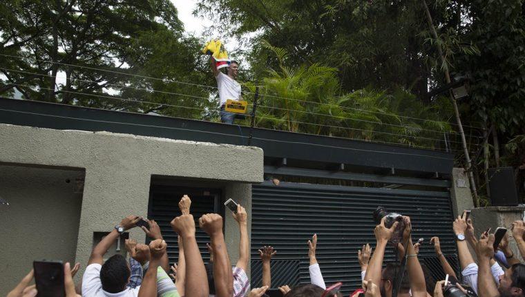 El líder opositor venezolano Leopoldo López (c) saluda a seguidores hoy afuera de su residencia en Caracas, Venezuela. (Foto Prensa Libre: EFE).