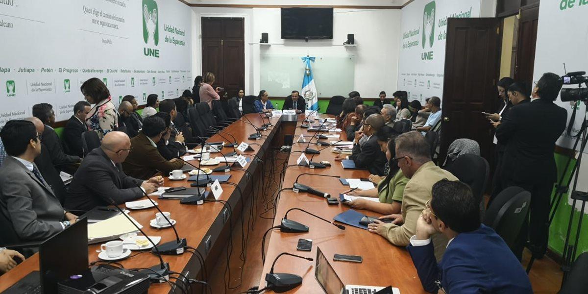 La Comisión de la Mujer se reunió con representantes de instituciones del Estado. (Foto Prensa Libre: Carlos Álvarez)