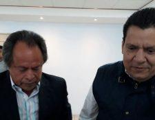 Alfonso Cruz Berganza (derecha) da declaraciones a los medios luego de ganar las elecciones. (Foto Prensa Libre: Edwin Fajardo)