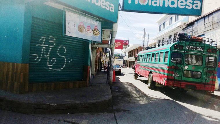 Comercios y edificios públicos han sido manchados por pandilleros, en Cuilapa, Santa Rosa. (Foto Prensa Libre: Oswaldo Cardona)