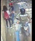 Momento en el que uno de los delincuentes somete a la joven mueres para robarle su teléfono celular. (Foto Prensa Libre: Carlos Ventura)