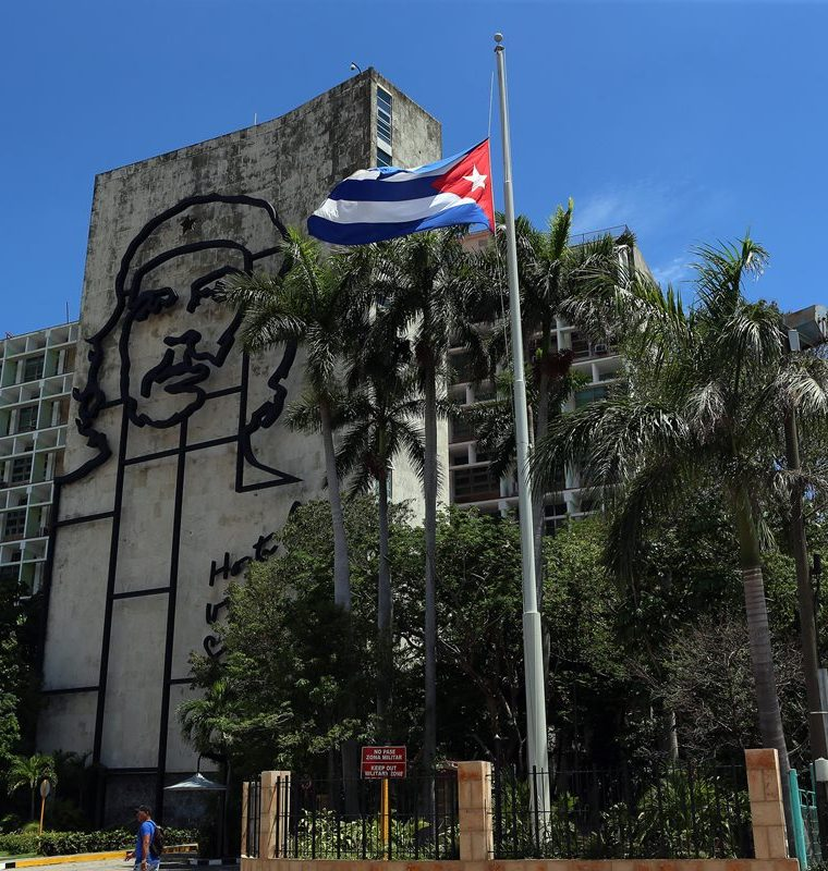 Los edificios de gobierno exhiben la bandera a media asta por el luto declarado debido a la tragedia. (Foto Prensa Libre: EFE)