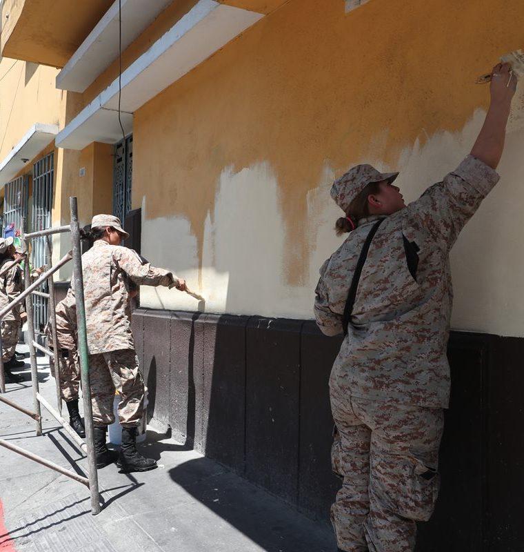 Personal del Ejército de Guatemala presentes en la jornada Pintando la 9a. avenida del Centro Histórico. (Foto Prensa Libre: Óscar Felipe Quisque)
