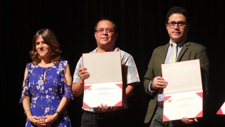 Los periodistas José Luis Escobar Mejía (derecha) y Roberto Villalobos Viato, al recibir el galardón del Museo Popol Vuh. (Foto Prensa Libre: Álvaro González)