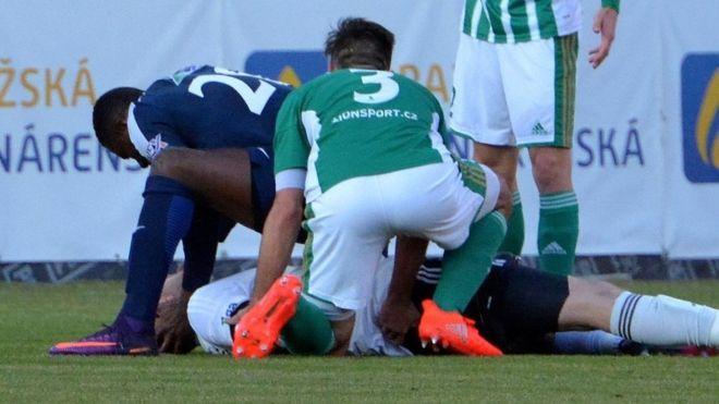 La increíble historia de Francis Koné, el jugador que ha ayudado a salvar la vida de cuatro futbolistas en el campo