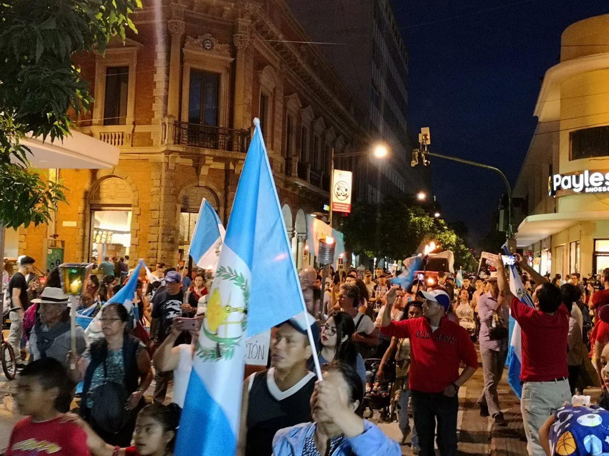 Varias personas realizaron una caminata por el Paseo de la Sexta Avenida e hicieron varias peticiones a las autoridades. (Foto Prensa Libre: Carlos Álvarez)