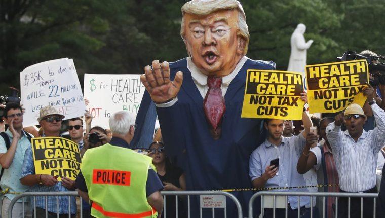 manifestantes gritan en el Hotel Trump International donde Trump asiste a una recaudación de fondos para la reelección del 2020. (AP).
