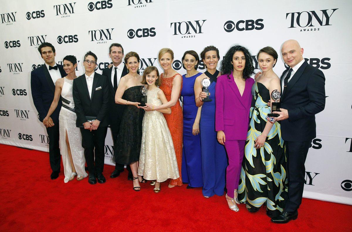 El elenco de Fun Home, después de ganar el mejor musical en el Radio City Music Hall de Nueva York. (Foto Prensa Libre: EFE)