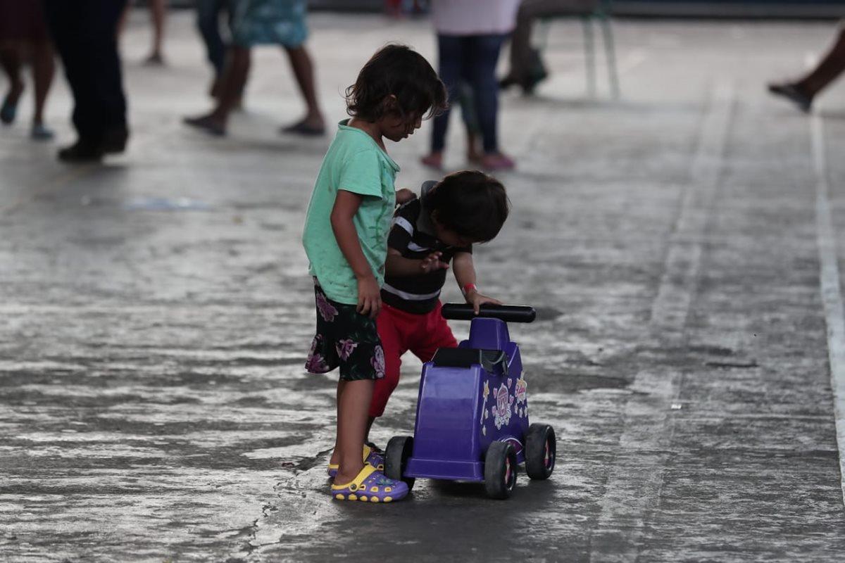 Los pequeños comparten sus juguetes mientras pasa la mañana en los albergues de Escuintla.