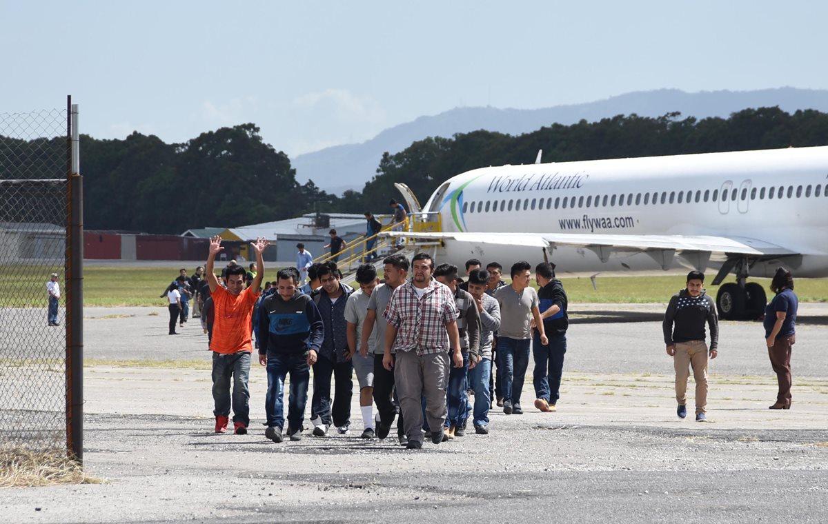 Guatemaltecos deportados arriban a la Fuerza Aérea de Guatemala. (Foto Prensa Libre: Hemeroteca PL)