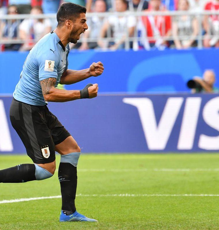 El pistolero Luiz Suárez abrió la cuenta para los charrúas con un magnífico gol de tiro libre. (Foto Prensa Libre: AFP)