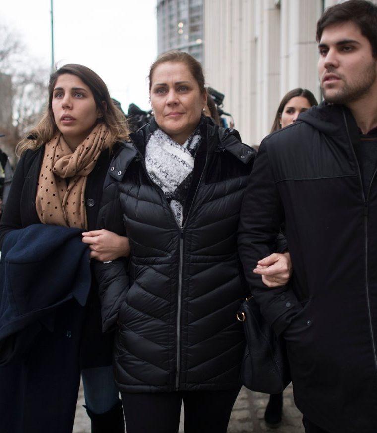 La familia de Juan Ángel Napout fue captada luego de abandonar la corte en Brooklyn. (Foto Prensa Libre: AFP)