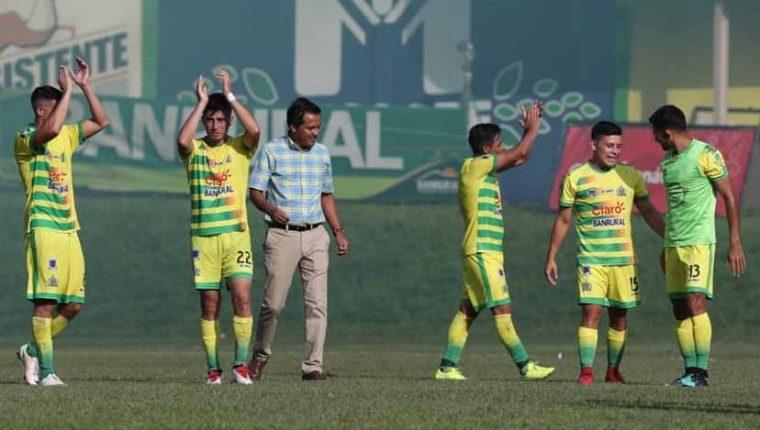 Los jugadores y cuerpo técnico de Guastatoya agradecieron el apoyo de la afición. (Foto Prensa Libre: Francisco Sánchez)