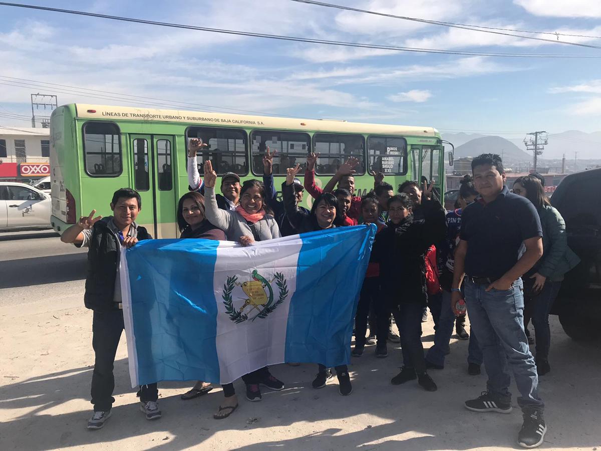 Los voluntarios guatemaltecos que hicieron la colecta de ropa y víveres radican en Los Ángeles. (Foto: Walter Batres)
