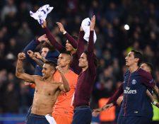 Los jugadores del PSG celebran la victoria sobre el Anderlecht que los clasificó a los octavos de final de la Liga de Campeones de Europa. (Foto Prensa Libre: AFP)