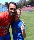 Gastón Puerari marcó un gol contra Malacateco y al final del encuentro regaló su camisola a Gary Cuyán. (Foto Prensa Libre: Francisco Sánchez).
