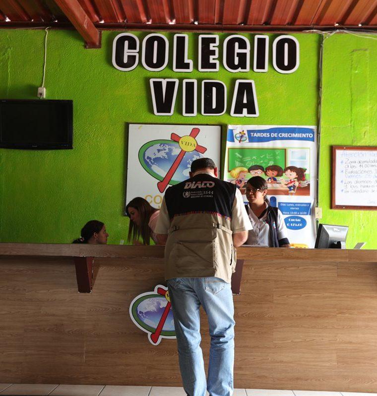 Autoridades del MINEDUC, PDH y DIACO sostienen reunión en Colegio Cristiano Vida, ubicado en zona 6 de Villa Nueva. (Foto Prensa Libre: Carlos Hernández)