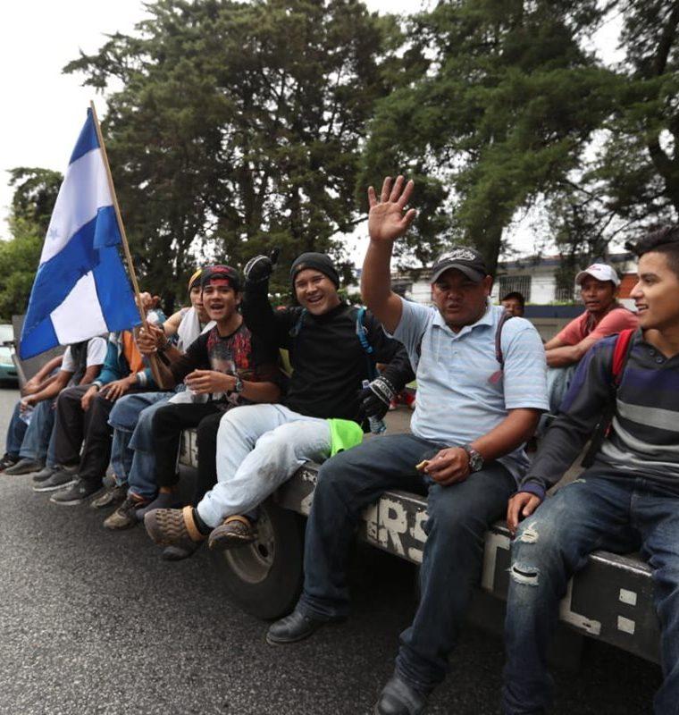 Cientos de migrantes hondureños, en busca de mejores condiciones de vida, continúan su paso por Guatemala rumbo a EE. UU. (Foto Prensa Libre: Óscar Rivas)