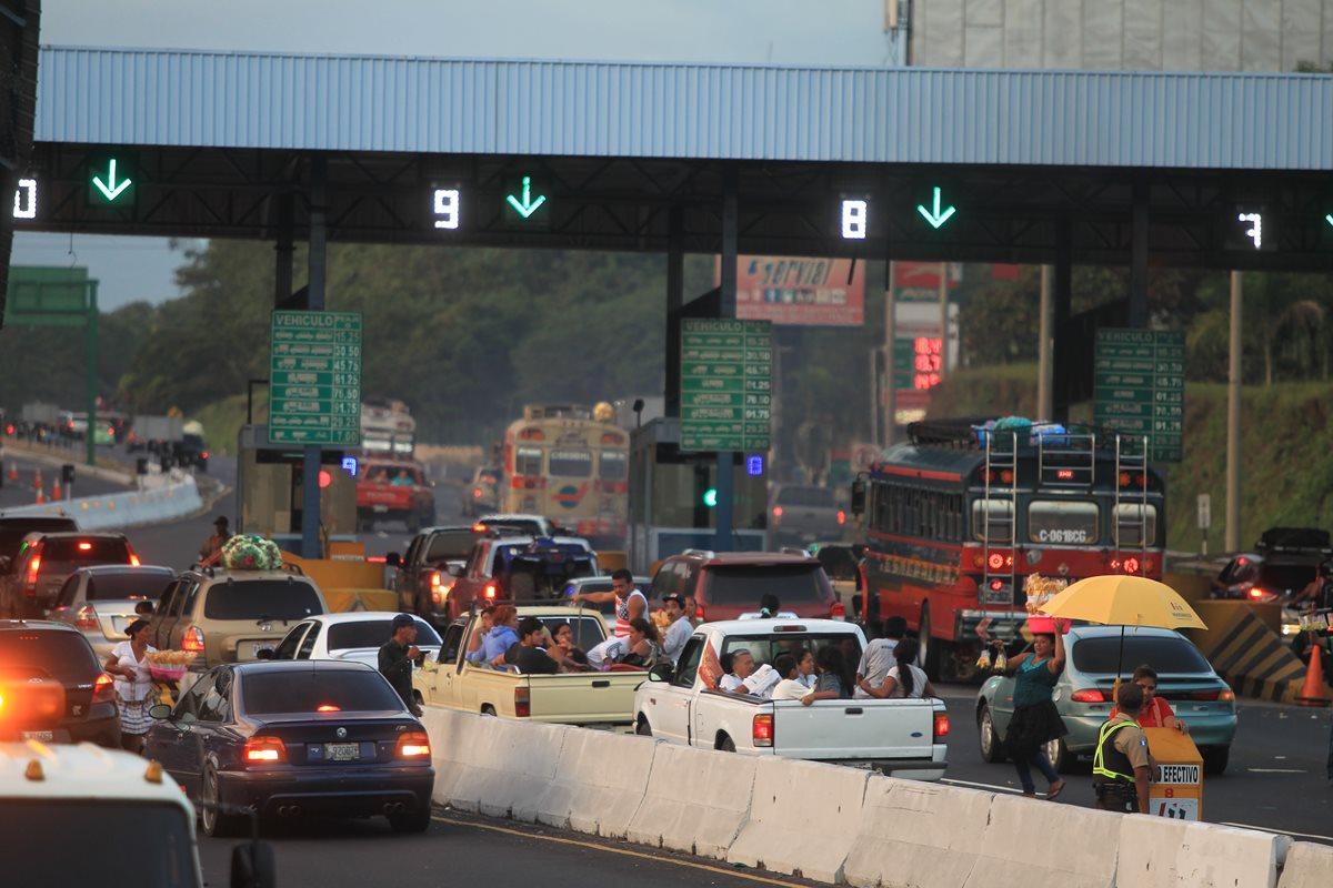 El 1 de enero de este año circularon 35 mil vehículos en la autopista Palín-Escuintla, según delegados de Siva.(Foto Prensa Libre: Hemeroteca PL)