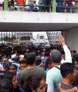 Los aficionados dañaron la puerta del estadio Pensativo cuando forzaron el ingreso. (Foto Prensa Libre: Norvin Mendoza)