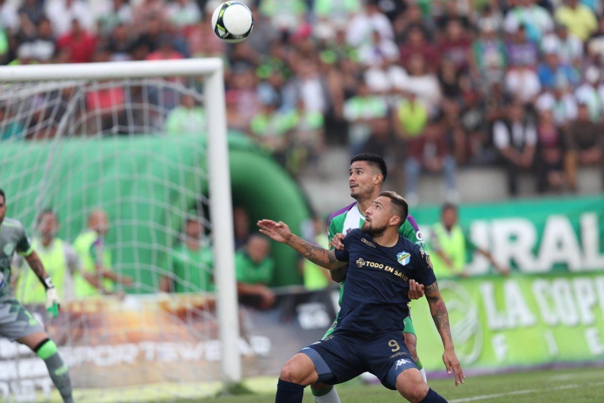 La jugada de la polémica, Oswaldo Aldana marcó penalti por supuesta falta sobre Abraham Darío Carreño. (Foto Prensa Libre: Carlos Vicente)