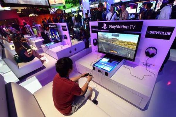 Una persona prueba la nueva consola de Playstation el 10 de junio de 2014 en Los Ángeles, California (Foto: AFP).