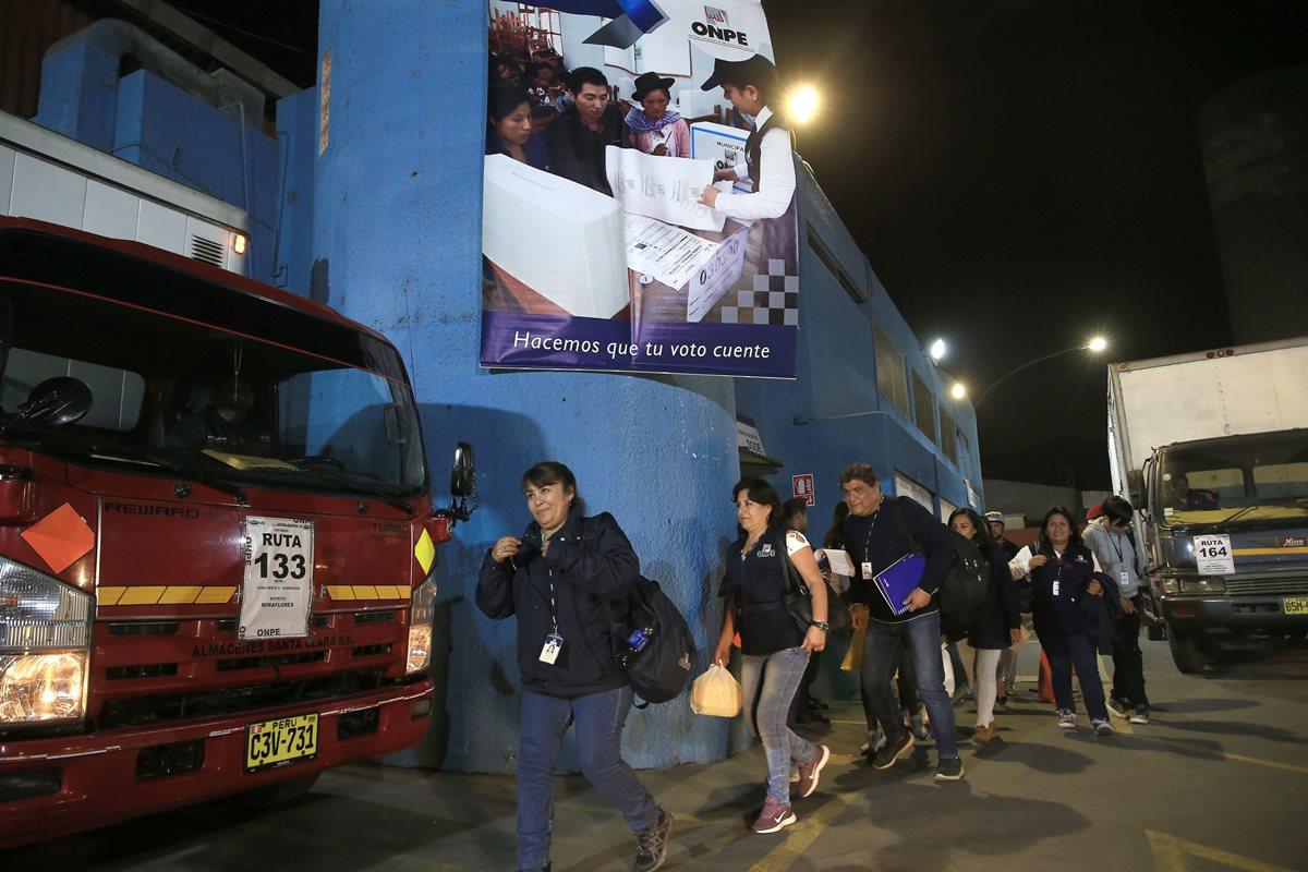 Trabajadores del Organismo Nacional de Procesos Electorales distribuyen material electoral para el referéndum. (Foto Prensa Libre: EFE)