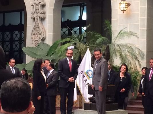 Carlos Manuel Pulido, embajador de Colombia en Guatemala, cambia de la Rosa de la Paz en septiembre de 2016. Lo acompaña el presidente Jimmy Morales (Foto Prensa Libre: Cancillería de Colombia)