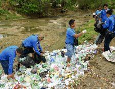 Integrantes del  grupo Scout 2 recogen basura en un riachuelo de Zacapa, con el apoyo de instituciones locales. (Foto Prensa Libre: Julio César Vargas)