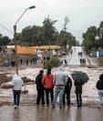 Los residentes ven la crecida del río Copiapó, en Copiapó, Chile. (Foto Prensa Libre:AP)