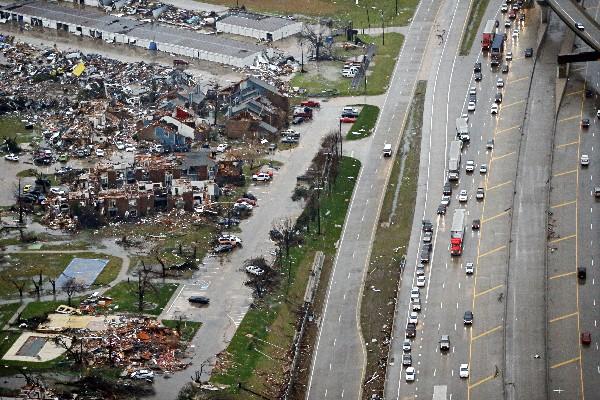 """Unas vista aérea de los daños causados por los tornados en<span class=""""hps""""> Dallas</span>, EE.UU."""