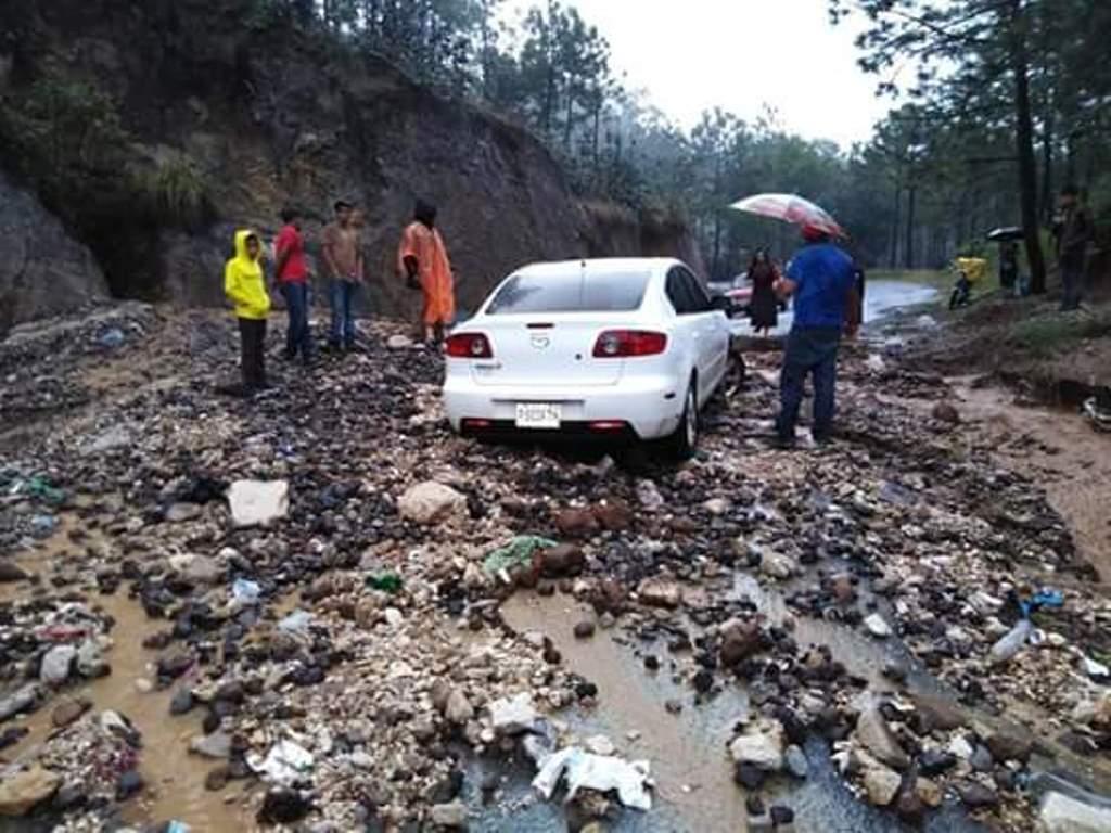 Autoridades alertan sobre el peligro de deslizamiento de tierra en carreteras o comunidades. (Foto Prensa Libre: Héctor Cordero)