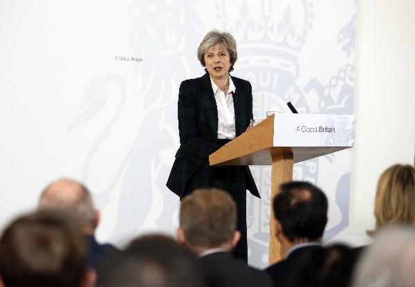 Mandataria británica anuncia salida limpia de la UE