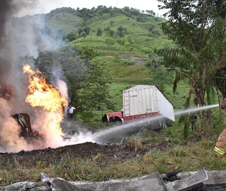 Bomberos apagan las llamas de un tráiler incendiado, en la cuesta de El Manacal, kilómetro 193 de la ruta al Atlántico, Los Amates, Izabal. (Foto Prensa Libre: Dony Stewart)