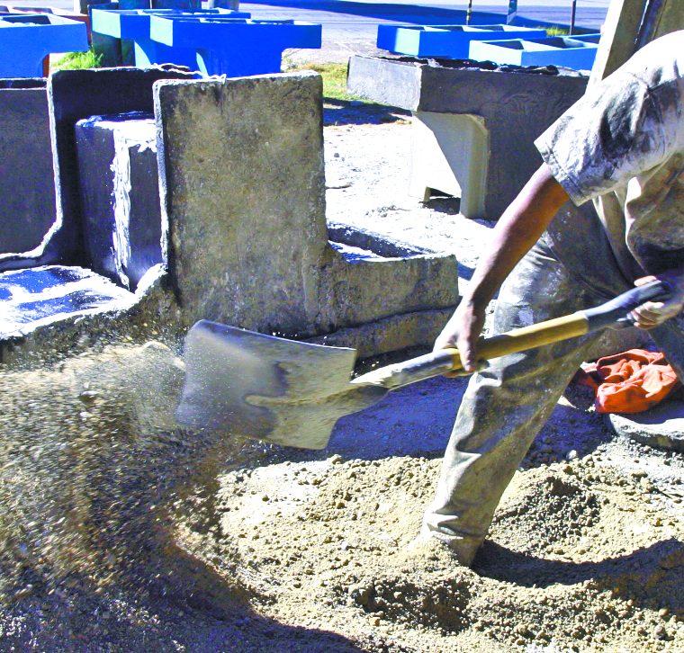 Con el molde se pueden fabricar decenas de pilas a lo largo de cinco an?os. E?stas llevan una estructura de hierro, arena de ri?o, arena blanca, y cemento. (Foto: Hemeroteca PL)