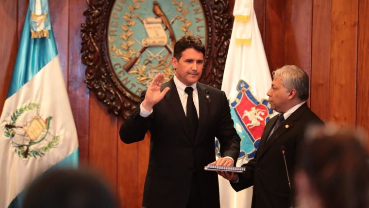 Ricardo Quiñónez Lemus fue juramentado como alcalde capitalino. (Foto Prensa Libre: Álvaro Interiano)