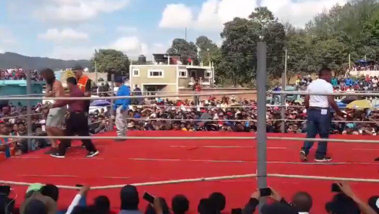 Las peleas en Chivarreto se han vuelto una atracción para turistas nacionales y extranjeros. (Foto Prensa Libre: María José Longo)