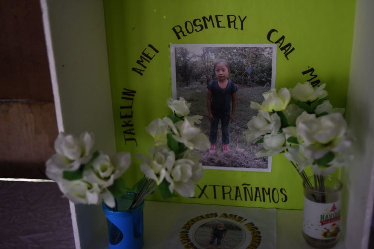 Un altar en honor a Jakelin Caal se observa en Raxruha, Alta Verapaz.