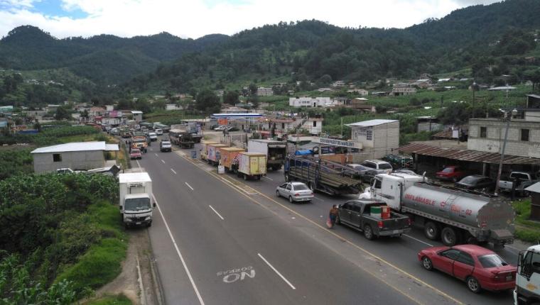 En la ruta Interamericana se generó caos por el bloqueo en Las Trampas. (Foto Prensa Libre: Ángel Julajuja)