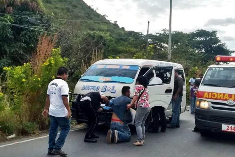 Algunos de los pasajeros de un microbús que fueron asaltados el 29 de noviembre último en el sector Culma, a escasos metros de la entrada principal de Jutiapa. (Foto Prensa Libre: Cortesía Bomberos Voluntarios).