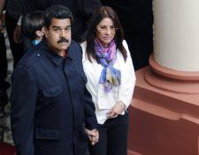 Cilia Flores (derecha), primera dama venezolana, junto a Nicolás Maduro (izquierda), en una actividad pública. (Foto Prensa Libre: AFP).