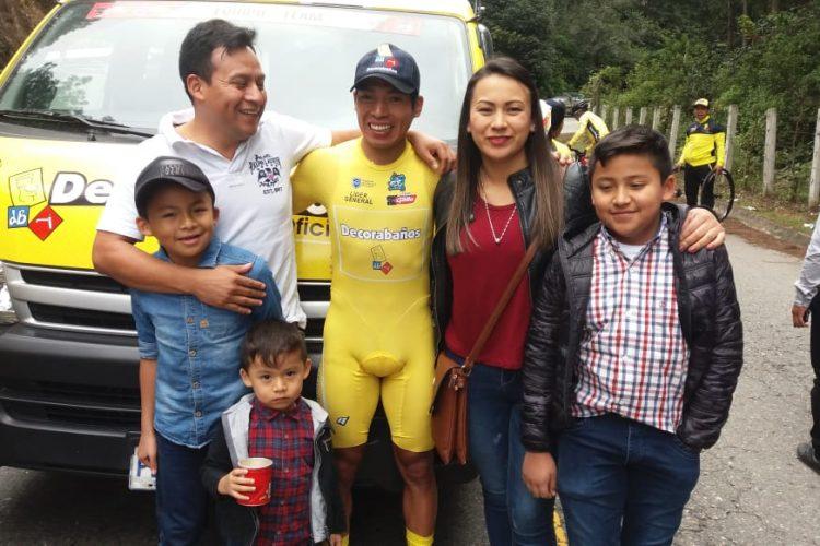 Una familia posa con el líder de la Vuelta de Guatemala. (Foto Prensa Libre: Norvin Mendoza).