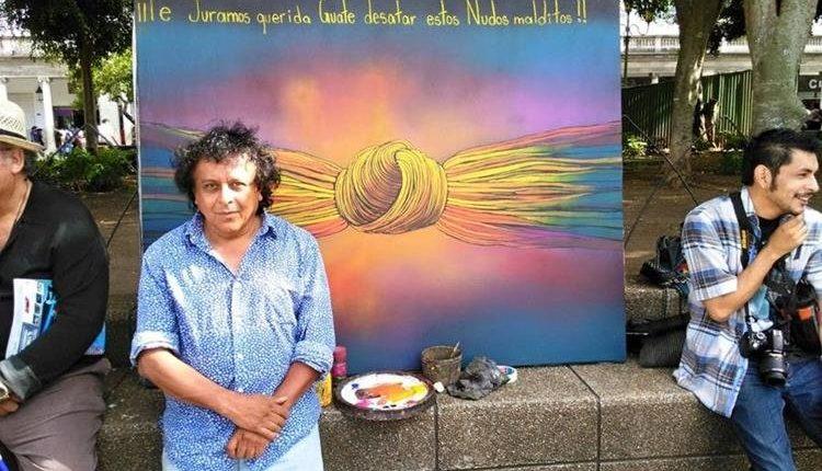 El artista guatemalteco Víctor Hugo Valenzuela junto a uno de sus cuadros de la serie de los nudos. (Foto Prensa Libre: Hemeroteca PL).