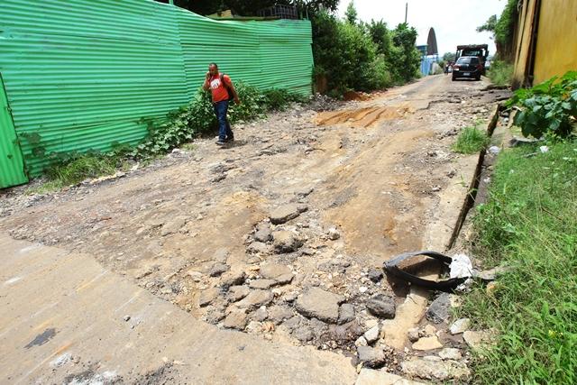 El estado de la 39 avenida de la zona 4 es precario. Son casi 500 metros de mal camino. Los residentes del lugar piden que la comuna verifique la situación. (Foto Prensa Libre: Álvaro Interiano)