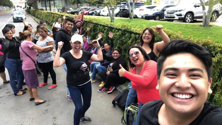 Seguidores de Ricardo Arjona comienzan a hacer fila para el concierto de cierre de la gira Circo Soledad, que se llevará a cabo este sábado. (Foto Prensa Libre: cortesía)