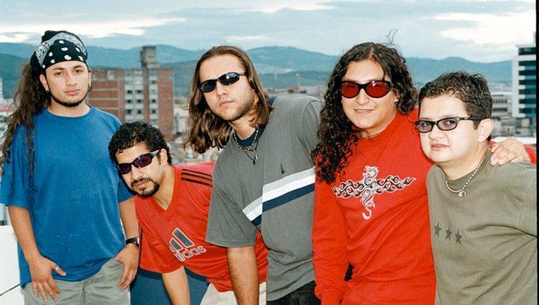 Ricardo Andrade -cuarto de izq. a der.-, junto a sus compañeros de Los Últimos Adictos. (Foto Prensa Libre: Hemeroteca PL)
